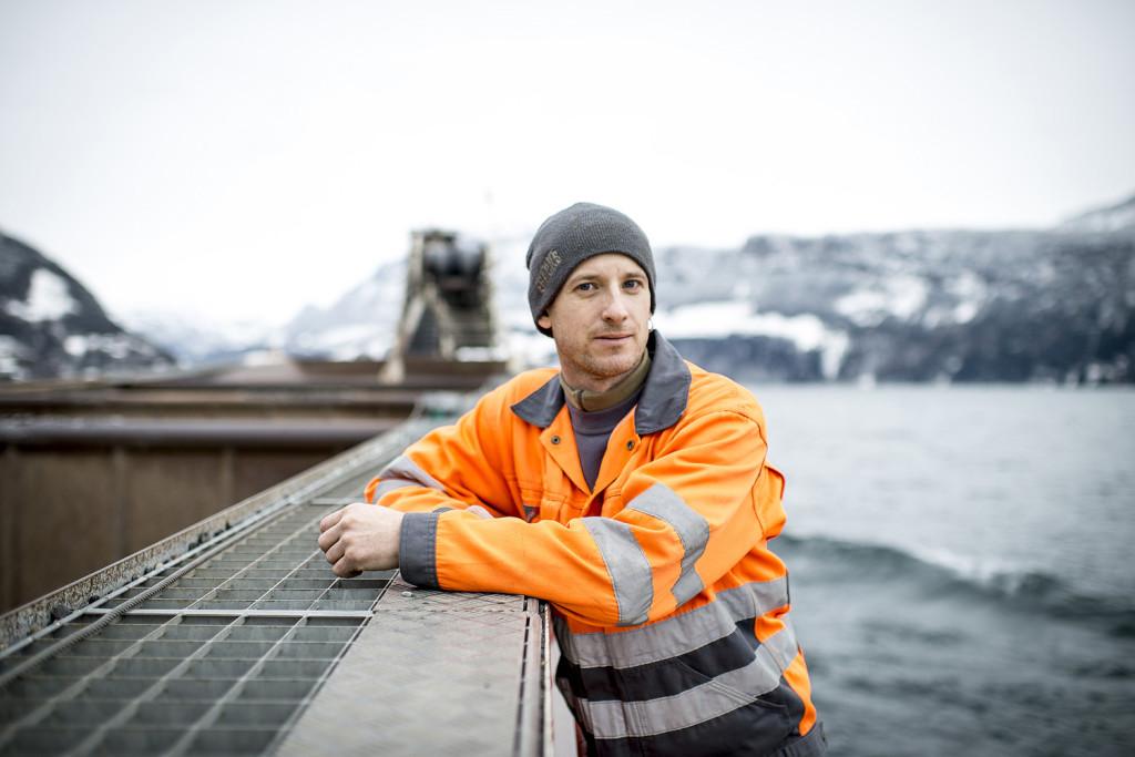 """Fahrt mit dem Lastschiff """"Uristier"""" am 29.01.2015 auf dem Vierwaldstättersee. Schiffführer Marcel Aschwanden."""