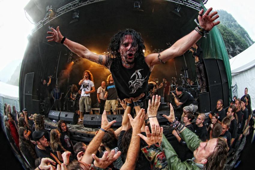 Festivalbesucher wŠhrend eines Konzertes beim stagediving.  Mountains of Death, ein alljŠhrlich stattfindendes Death Metal Festival im Moutathal am Freitag, 20. August 2010.