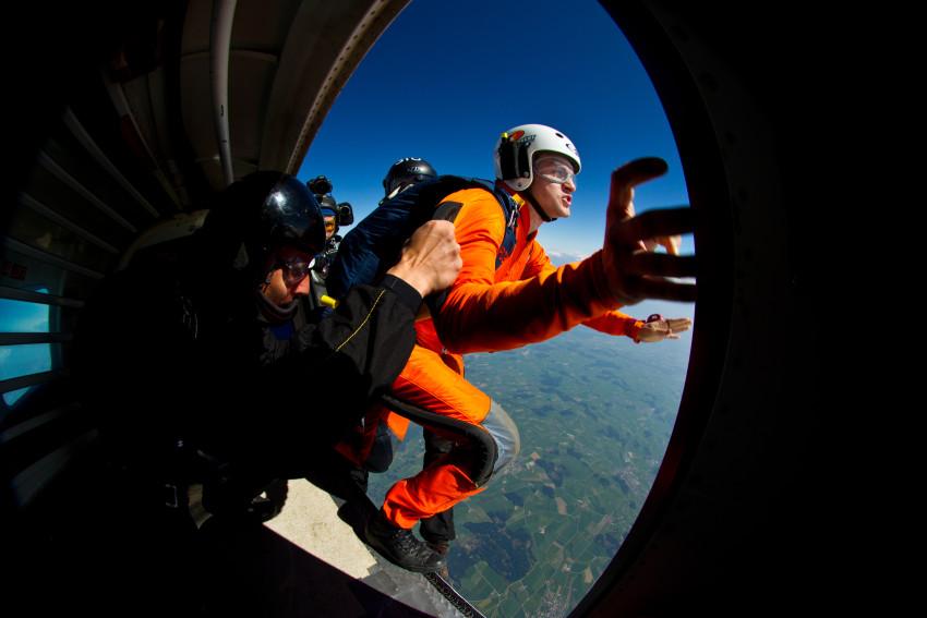 NLZ Reporter Andreas BŠttig am Sonntag, 17. April 2011 beim Fallschirmspringen in BeromŸnster.