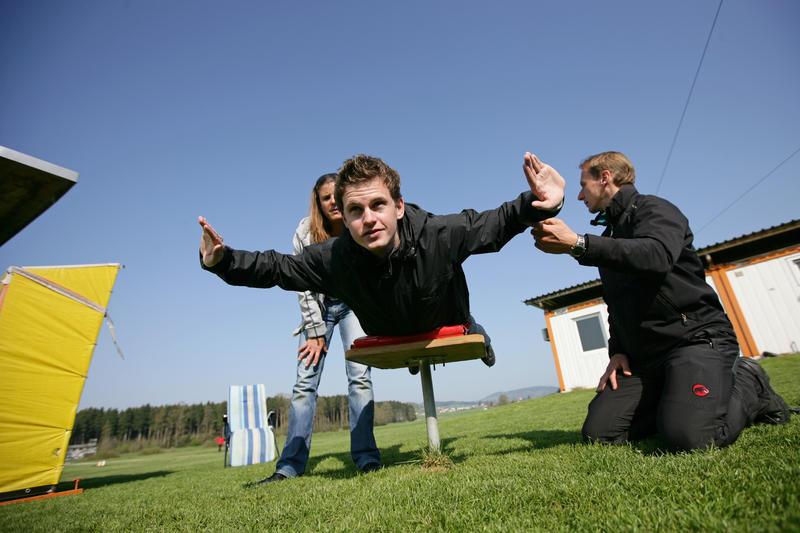 Trockenübungen, bevor es ernst wird. So sollte man etwa beim freien Fall in der Luft liegen. (c) Zentralschweiz am Sonntag, Philipp Schmidli